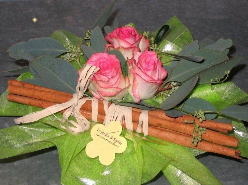 Composition trio de roses avec un fagot de cannelle
