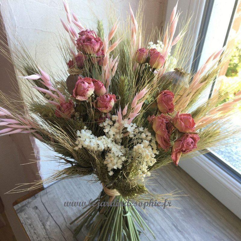 Bouquet de fleurs séchées avec des roses branchues.