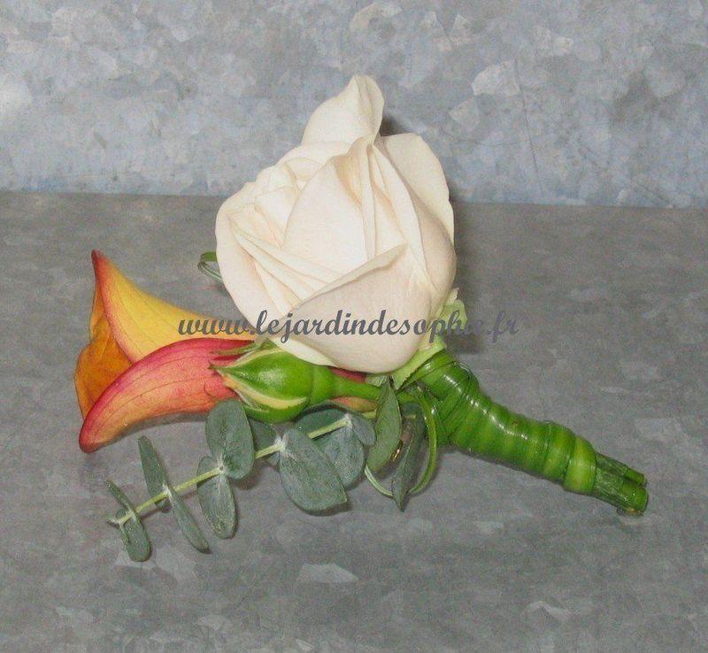 Boutonnière oranger avec petite rose blanche montée sur galaclip