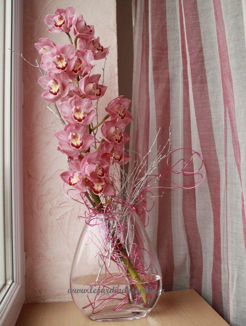 Branche de cymbidium customisé avec du fil d'aluminium rose