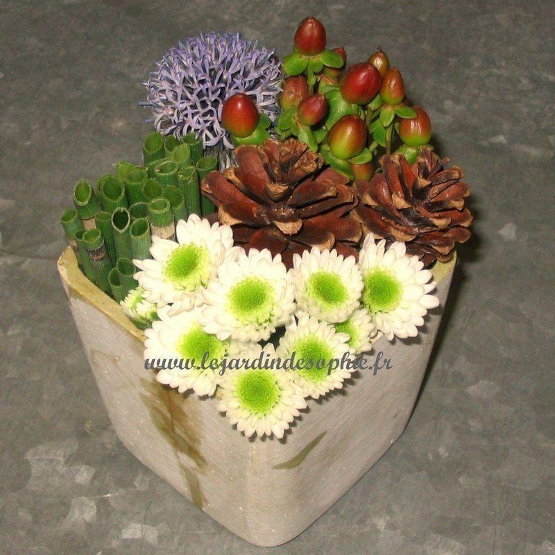 Composition moderne carrée très fleurie avec des petites pommes de pin naturelles