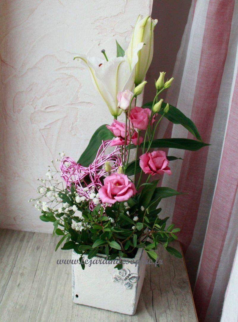 Composition florale pour la saint valentin avec coeur en fil alu plié