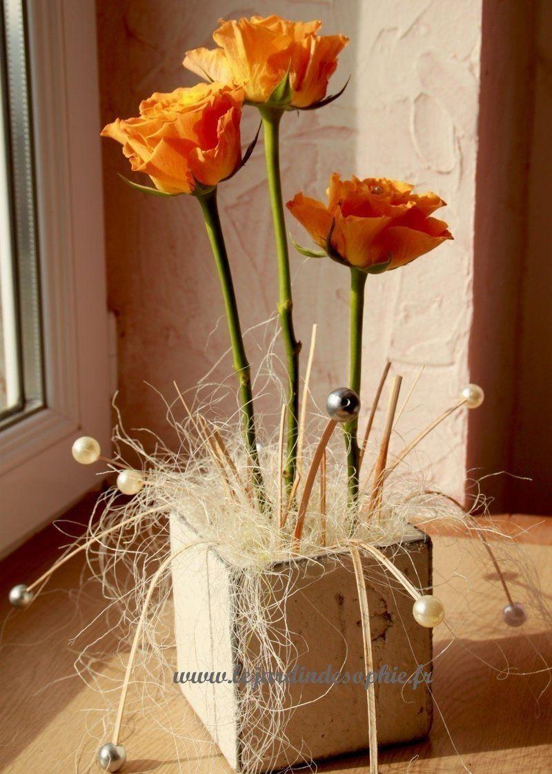 Utilisation du sisal crème pour cacher la mousse florale d'une compo rose orange