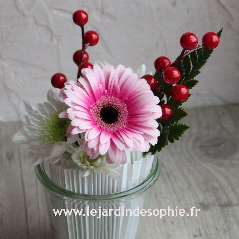 Création florale avec verre transparent avec manchette cache pot pour la mousse florale