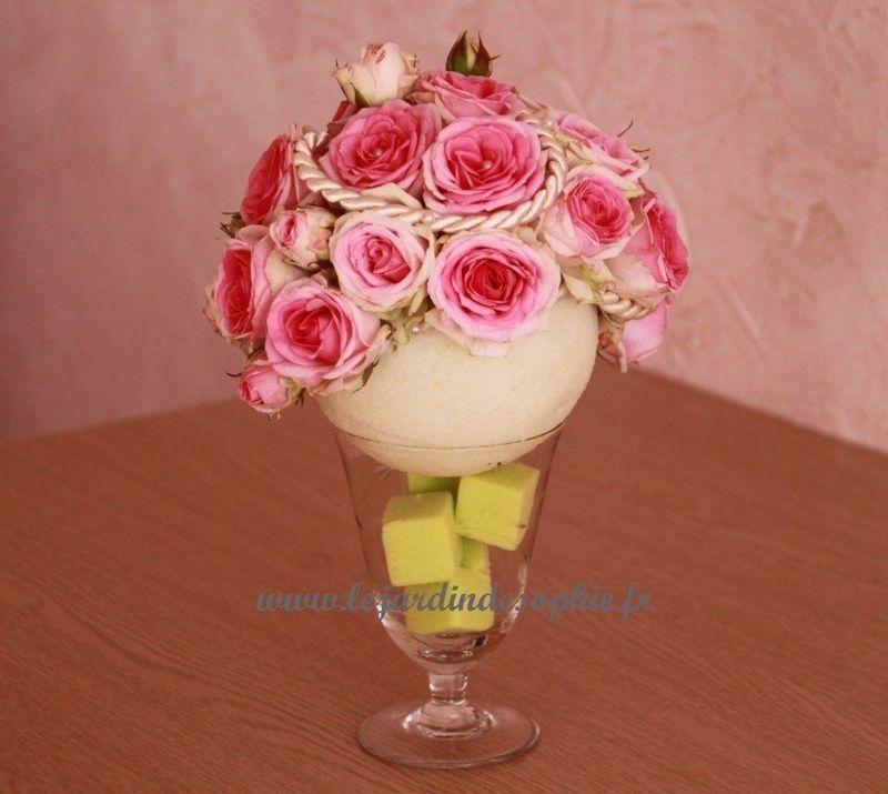 Une jolie coupe fleurie avec une boule crème de mousse florale