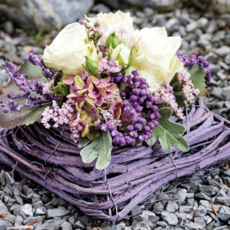 Création fleurs dans le coussin en sarment de couleur mauve