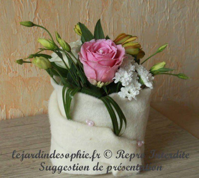 Composition florale moderne avec laine fleutrée crème