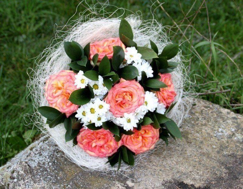 Exemple de bouquet rond avec des roses dans un porte-bouquet sisal