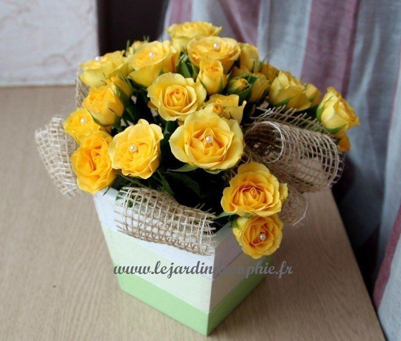 Coupe en bois avec joli bouquet de petites roses jaune et finition ruban toile de jute