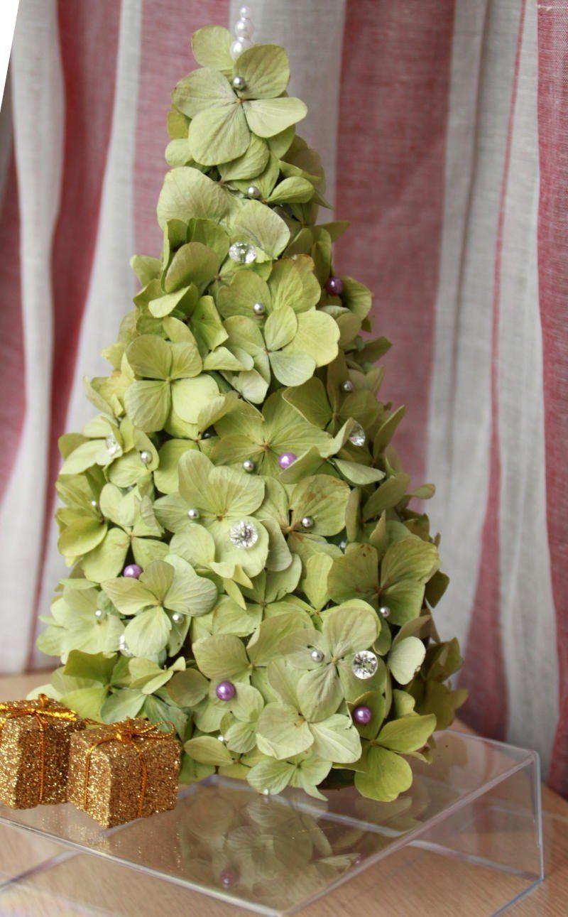 Petit sapin décoratif en hortensia séché