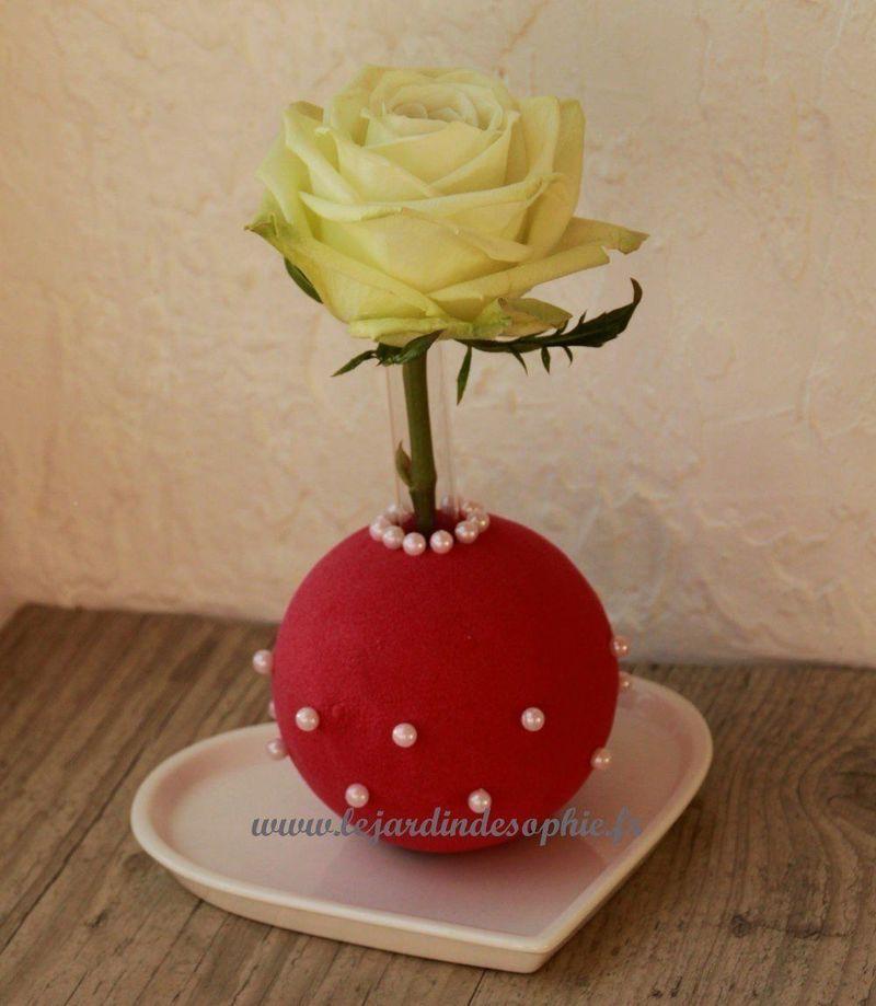Mignon soliflor avec une boule de mousse florale couleur