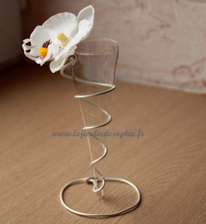 Le fil aluminium sert de support au vase cone en verre